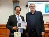 Czech-Vietnamese encyclopaedia wins Czech literature award