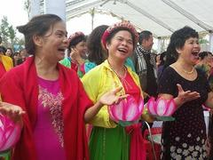 10,000 Buddhists laugh and set a record