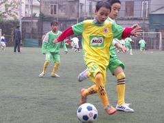 Kids kick off fun football event