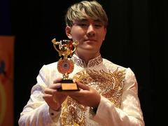 Vietnamese singer awarded golden trophy in Malaysia