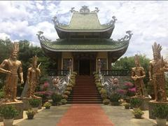 Hùng King statues must respect spiritual significance