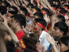 Thousands of football fans cheer for Việt Nam