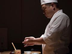 Michelin-starred sushi chef introduces Japanese dining tradition to HN