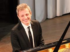 French pianist to perform works for the left hand