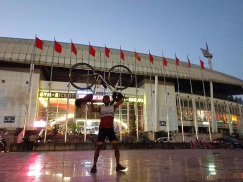 Thai fan cycles 1,400km to Việt Nam to support his team