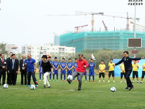 SOUTH KOREAN PRESIDENT PLAYS FOOTBALL IN HN