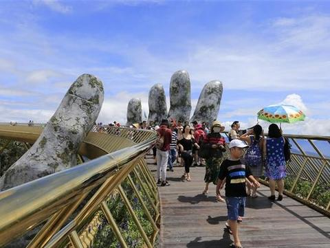 Thousands of tourists cancel tours nationwide