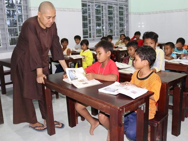 Free class for poor students at Long Cát Pagoda